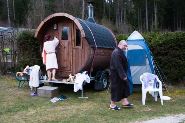 Gemeinsames Saunieren im Saunafass